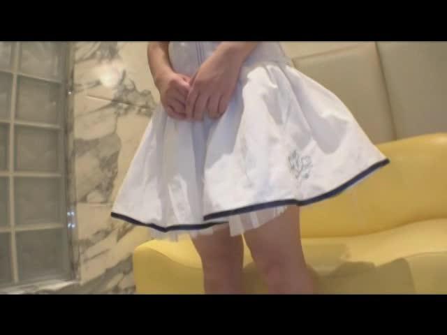 18歳色白清純ワンピース娘の逆さパンツ撮影!