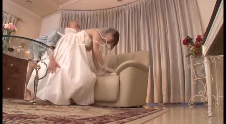 結婚式の控え室で寝取られる新婚奥様!ウエディングドレス姿でハメられる...